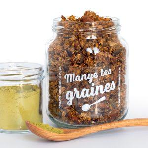 bocal en verre avec topping de graines au thé vert matcha