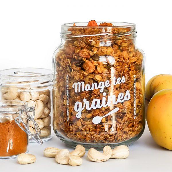 bocal en verre avec topping de graines au curry et fruits